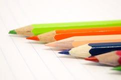 Coloré des crayons sur le livre blanc Photographie stock