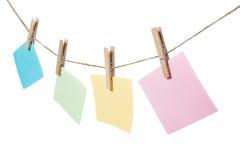 Coloré des notes de papier accrochant sur la corde Photos stock