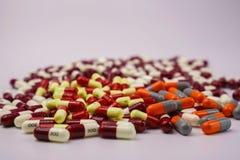 Coloré des pilules antibiotiques de capsule photographie stock libre de droits