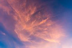 Coloré du coucher du soleil opacifie le ciel le soir Image libre de droits