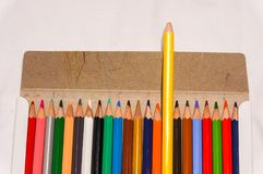 Coloré du crayon de couleur dans la boîte Photographie stock