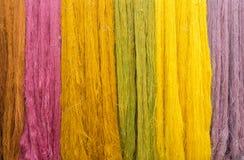 Coloré du fil en soie cru pour le fond Photographie stock