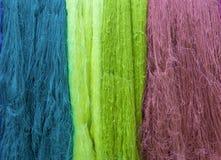 Coloré du fil en soie cru pour le fond Photographie stock libre de droits