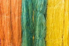 Coloré du fil en soie cru pour le fond Images libres de droits