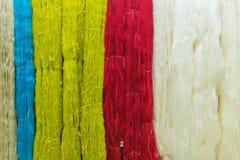 Coloré du fil en soie cru pour le fond Photo libre de droits