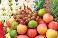 Coloré du fruit mélangé sur l'étagère de marché de fruit Photo stock