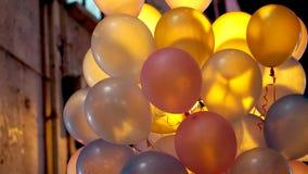 Coloré en partie de ville monte en ballon la nuit avec la lumière arrière Photos stock