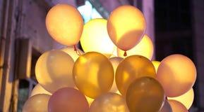 Coloré en partie de ville monte en ballon la nuit avec la lumière arrière Photos libres de droits