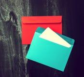 Coloré enveloppe sur le vieux fond de tableau Message ou amour Photos stock