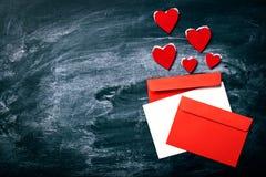 Coloré enveloppe sur le vieux fond de tableau Message ou amour Image stock