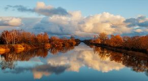 A coloré le ciel au-dessus de la rivière Image libre de droits
