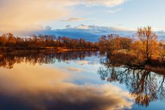 A coloré le ciel au-dessus de la rivière Photo stock