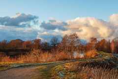 A coloré le ciel au-dessus de la rivière Photos libres de droits