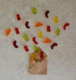 Coloré mangez le fond gommeux de sucrerie de gelée d'ours Photographie stock libre de droits