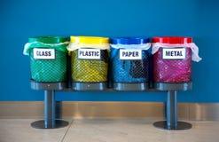 Coloré réutilisez les coffres dans un lieu public Photographie stock libre de droits