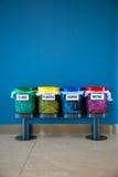 Coloré réutilisez les coffres dans un lieu public/verticale Images libres de droits