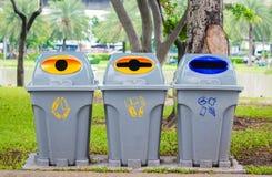Coloré réutilisez les poubelles en parc Photographie stock