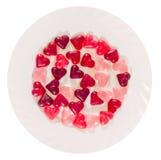 Coloré (rose, rouge et orange), la forme transparente de coeur gèle avec le plat en céramique, Photographie stock libre de droits