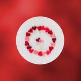 Coloré (rose, rouge et orange), la forme transparente de coeur gèle avec le plat en céramique, fond coloré de texture de degradee Photos libres de droits