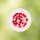 Coloré (rose, rouge et orange), la forme transparente de coeur gèle avec le plat en céramique, fond coloré de texture de degradee Image libre de droits