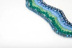 Coloré Shinny Crystal Beads Glass Isoalted sur l'espace blanc de copie de fond pour la beauté de mode des textes photos libres de droits