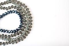 Coloré Shinny Crystal Beads Glass Isoalted sur l'espace blanc de copie de fond pour la beauté de mode des textes images libres de droits