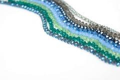 Coloré Shinny Crystal Beads Glass Isoalted sur l'espace blanc de copie de fond pour la beauté de mode des textes photos stock