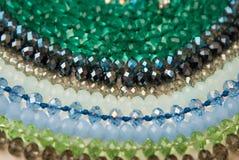 Coloré Shinny Crystal Beads Glass Isoalted sur la beauté faite main de mode de fond de copie de passe-temps blanc de l'espace image stock