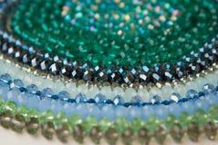 Coloré Shinny Crystal Beads Glass Isoalted sur la beauté faite main de mode de fond de copie de passe-temps blanc de l'espace photo libre de droits