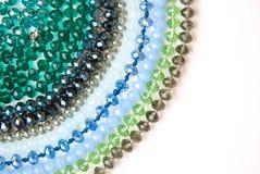 Coloré Shinny Crystal Beads Glass Isoalted sur la beauté faite main de mode de fond de copie de passe-temps blanc de l'espace photographie stock libre de droits