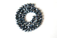 Coloré Shinny Crystal Beads Glass Isoalted sur la beauté faite main de mode de fond de copie de passe-temps blanc de l'espace images libres de droits