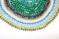 Coloré Shinny Crystal Beads Glass Isoalted sur la beauté faite main de mode de fond de copie de passe-temps blanc de l'espace photographie stock