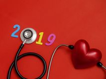 Colorés en bois sur la bannière 2019 des textes pour des soins de santé et le rouge entendent image libre de droits