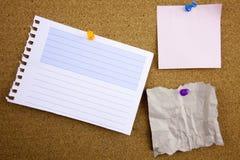3 colorés réglés des notes collantes poussent des goupilles sur le panneau de liège photo stock