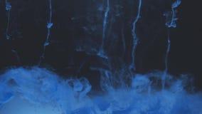Color abstracto de la tinta que fluye en agua almacen de metraje de vídeo