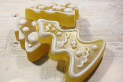 Color amarillo del jabón hecho a mano en un fondo de madera ligero fotos de archivo libres de regalías