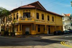 Color amarillo maravilloso del hogar buiding en estilo del color de Singapur imágenes de archivo libres de regalías