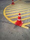 Color anaranjado del cono del tráfico en el camino fotografía de archivo libre de regalías