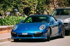 Color azul Porsche 911 Turbo S 2014 en la calle de Imagen de archivo