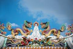 Color chino del dragón por completo en cielo azul Foto de archivo libre de regalías