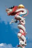 Color chino del dragón por completo en cielo azul Foto de archivo