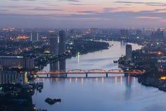 Color crepuscular de la salida del sol de Chao Phraya River de la opinión de Bangkok en Tailandia Imagenes de archivo