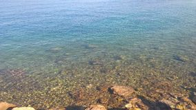 Color de agua de la turquesa en la playa con una gran vista al mar imagen de archivo libre de regalías