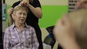 Color de Choosing Shades Of del cliente y del peluquero almacen de metraje de vídeo