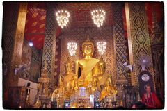 Color de cobre amarillo que brilla de Buda que se eleva sobre el pasillo central Wat Phra Hariphunchai Lamphun, Tailandia Imágenes de archivo libres de regalías