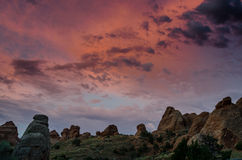 Color de la mañana sobre formaciones de roca en arcos Imagen de archivo