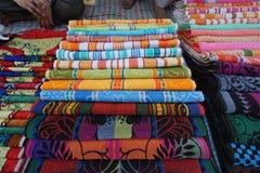 Color de la variedad de la toalla en el mercado callejero fotos de archivo libres de regalías