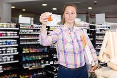 Color de las compras de la mujer en el tarro de cristal Fotografía de archivo