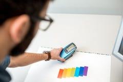 Color de medición con la herramienta del espectrómetro fotografía de archivo libre de regalías
