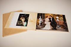 Color de oro del álbum de foto con una cubierta de la materia textil Fotos de archivo libres de regalías